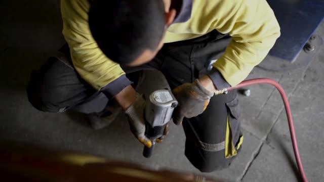 vídeos de stock, filmes e b-roll de pneu que muda no serviço de carro - tyre