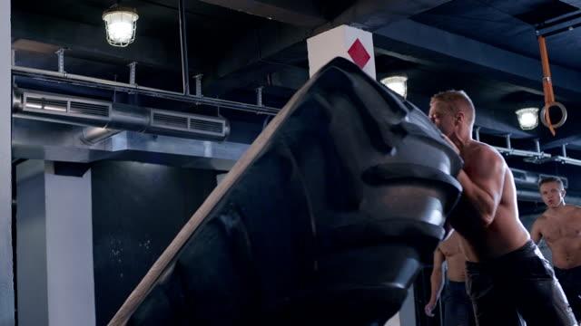 vídeos de stock, filmes e b-roll de tire flip - peso livre equipamento para exercícios