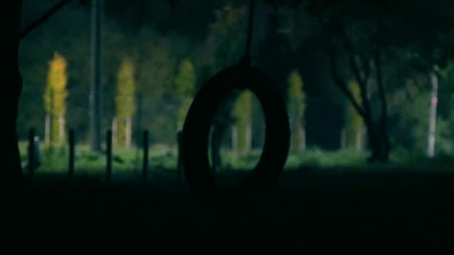 vidéos et rushes de pneu rotatif sur arbre, nuit - ligne de tramway