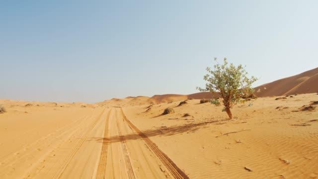 pov-reifenspuren in der wüste von oman - oman stock-videos und b-roll-filmmaterial