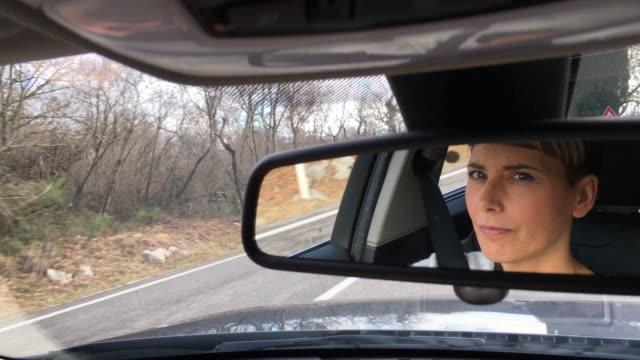 müde erwachsenen frau autofahren - innenspiegel stock-videos und b-roll-filmmaterial