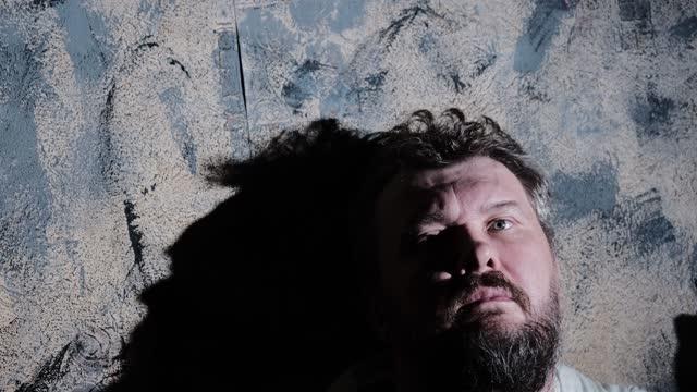 疲倦和情緒倦怠成熟的男人坐在床上 - 僅一成熟男士 個影片檔及 b 捲影像