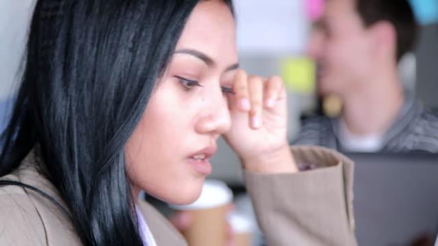 vídeos y material grabado en eventos de stock de cansado y estresada empresaria está trabajando hasta tarde en la noche - ansiedad