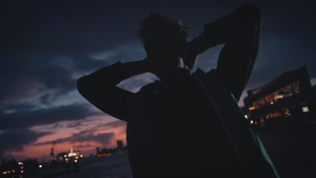 müde athlet blick weg gegen den himmel in der dämmerung - handsome people stock-videos und b-roll-filmmaterial