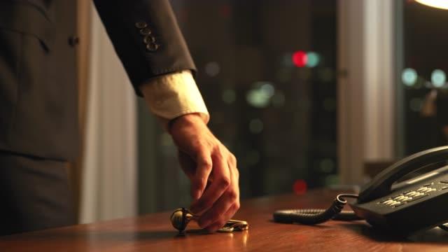müde geschäftsmann bei ankunft im hotelzimmer - arrival stock-videos und b-roll-filmmaterial