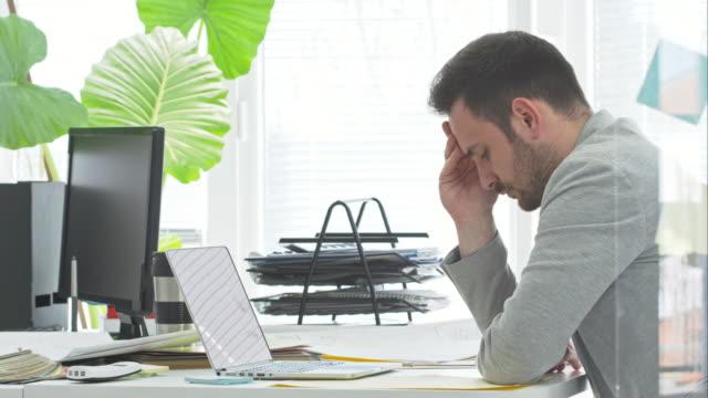 vídeos y material grabado en eventos de stock de cansado hombre de negocios en la oficina - angustiado