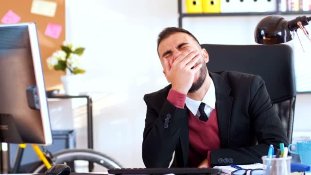 vidéos et rushes de homme d'affaires fatigué de travail - jeunes hommes