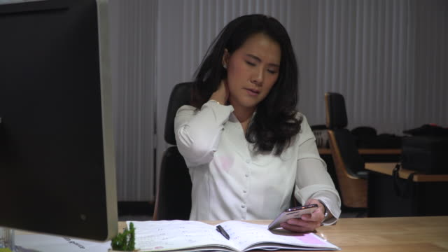 vídeos de stock e filmes b-roll de tired businesswoman trying to relax in the office - dor no pescoço