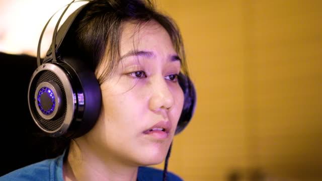 vídeos y material grabado en eventos de stock de 4 mujer cansada de k usa auriculares para juegos. - malos hábitos