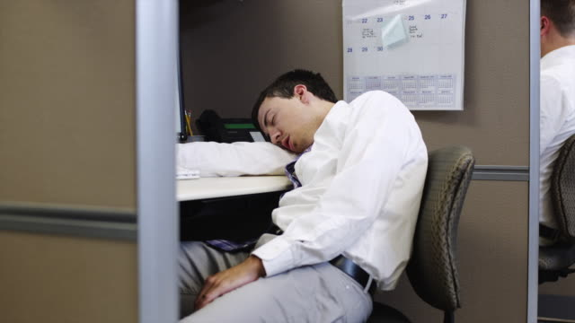 ms zi tired man sleeping on desk in office / orem, utah, usa - schlafen stock-videos und b-roll-filmmaterial