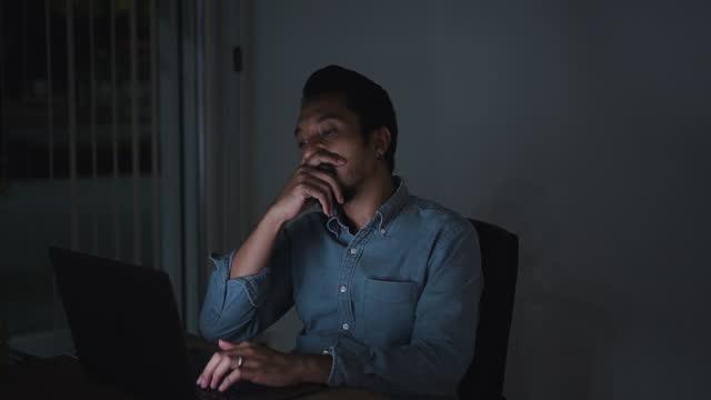 uomo stanco con computer che lavora a tarda notte ufficio - archivista video stock e b–roll