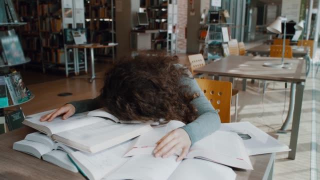 vídeos de stock, filmes e b-roll de cansado de estudar - cansado