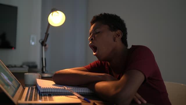 vídeos de stock, filmes e b-roll de menino adolescente cansado assistindo videoclasse em casa - mal