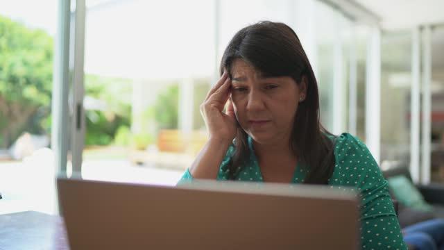 vídeos de stock, filmes e b-roll de mulher cansada trabalhando em casa - excesso de trabalho