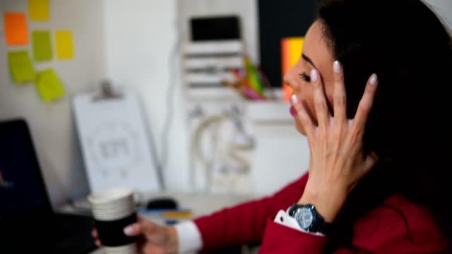 vídeos y material grabado en eventos de stock de mujer de negocios joven cansado con ordenador portátil - vestimenta de negocios formal