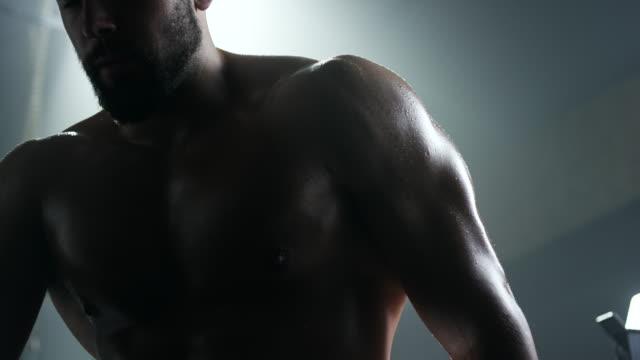 müde, junger mann nach intensivem training im fitness-studio - konzentration stock-videos und b-roll-filmmaterial