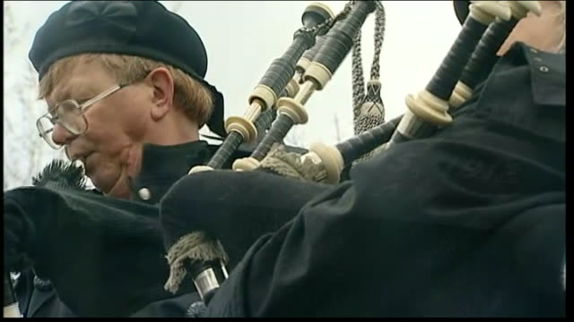 descendants visit halifax; pipers playing at memorial service in graveyard sot close shot of gravestone of titanic victim - 'c. ingram' row of... - 100. jahrestag stock-videos und b-roll-filmmaterial