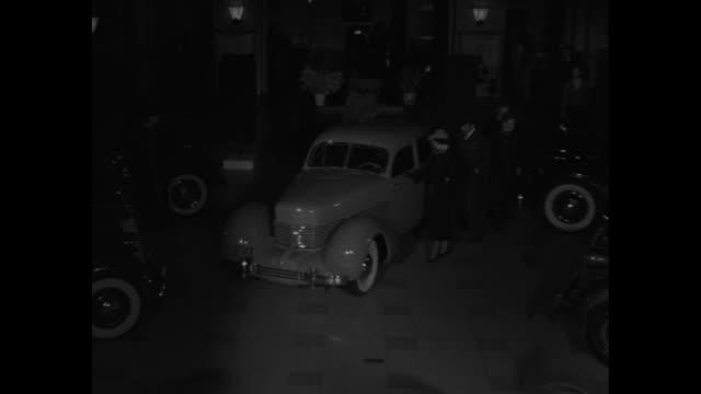 "vidéos et rushes de autos in autumn shows"" / pan across 1936 cars on display / man and woman get into car / pan across 1936 cars on display / man and woman get into car... - phare de véhicule"