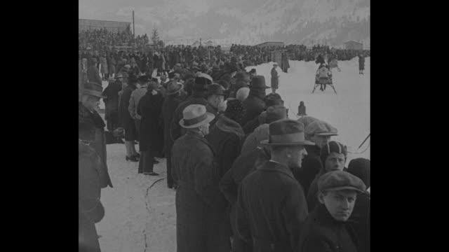 "vidéos et rushes de ""ach, such a race! garmisch, ger. - dobbin needs ice skates for this gallop! crack german sled teams clash on icy turf in alpine classic"" / crowd... - bavière"