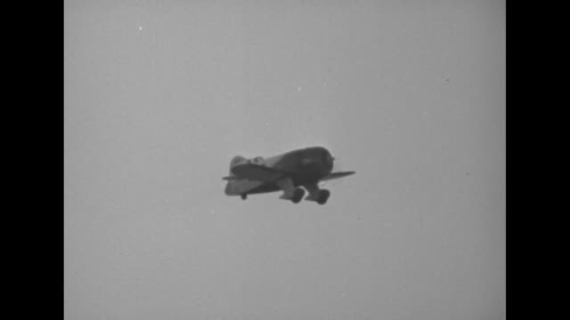 """""""across us in less than half a day - turner's record flight real thrill of national air races"""" / roscoe turner, in cockpit wearing goggles, shaking... - 20th century fox stock videos & royalty-free footage"""