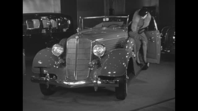 vídeos de stock e filmes b-roll de america goes rolling on new york automobile show brings the newest for 1935 changes mark many models at 35th motor exhibition / high angle several... - chassi