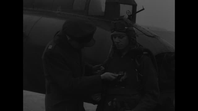 vídeos de stock e filmes b-roll de armor steel vest and bible save bomber crewmen / tail of b17 bomber with two men / officer examining items from chest of airman / hands displaying... - óculos protetores de aviador