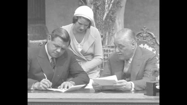 vídeos de stock, filmes e b-roll de babe ruth ends holdout to sign with colonel ruppertõs n y yankees for $75000 / ny yankees team owner jacob ruppert jr hands a contract to babe ruth... - lançar a moeda ao ar