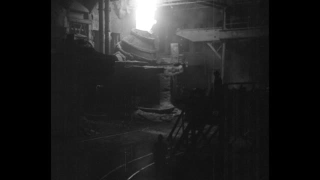 vídeos de stock e filmes b-roll de bigger output aids prosperity johnstown pa great steel mills work at top speed to fulfil demand / vs workers silhouetted by giant crucibles shooting... - fábrica de aço