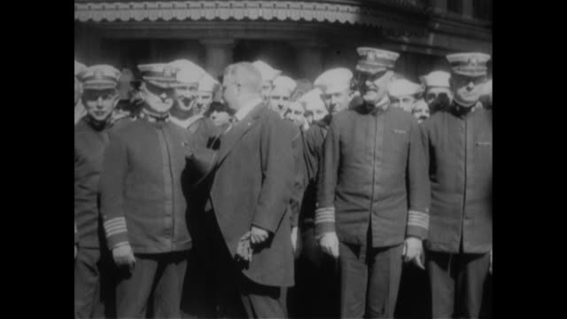vidéos et rushes de boston mass still on the go same as ever former president roosevelt arrives in this city to attend the meeting of the naval club / two shots of... - précédent