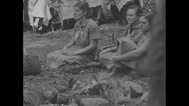 "stockvideo's en b-roll-footage met ""boy and girl scouts hold world meets"" / title: ""briarcliff manor, ny"" superimposed on girl scouts and guests sitting in circle around girl scouts... - hongarije"