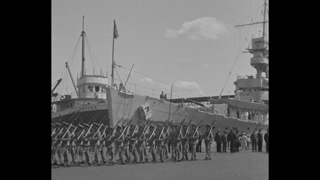 """vidéos et rushes de """"canada greets britain's tars, montreal - sea soldiers step and sailors give gun drill on visit of cruiser dispatch [sic]"""" / military band and naval... - marin"""