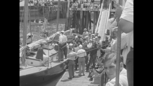 vídeos de stock, filmes e b-roll de 'capt' roosevelt puts out to sea presidential candidate as 'skipper' of the good yawl myth ii seeks quiet in waters of long island sound / group of... - oceano atlântico