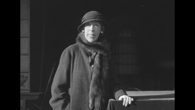 chaplin's rival edna may oliver famed comedienne introduces her new leading man / ms oliver in coat mink stole and hat sot oliver gentlemen i want... - schauspielerin stock-videos und b-roll-filmmaterial