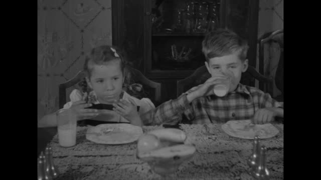 clean plates kids organize clubs to stop food waste / vs mother and father mrs ronald chinnock and two children at dining table the chinnock children... - matrum bildbanksvideor och videomaterial från bakom kulisserna