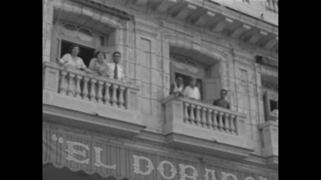 vidéos et rushes de cuban revolt / title card editor's note these scenes taken at the height of the rioting in havana show antimachado mobs looting and killing in the... - révolution cubaine
