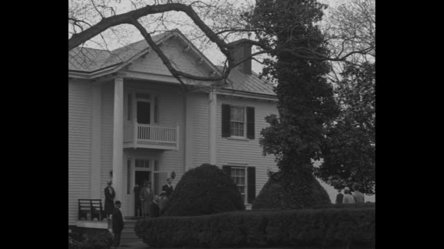 "title card; ""dedicate monroe mansion as shrine, ash lawn, va - descendants of fifth us president assemble at famous estate to make it landmark"" / pan... - ジェームス モンロー点の映像素材/bロール"