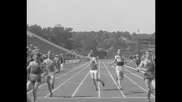 """vídeos y material grabado en eventos de stock de """"dixie track stars set new marks in southern meet - kelly of kentucky sprints to victory in 100-yard dash at birmingham, ala."""" / the runners race to... - lanzamiento de pesos"""