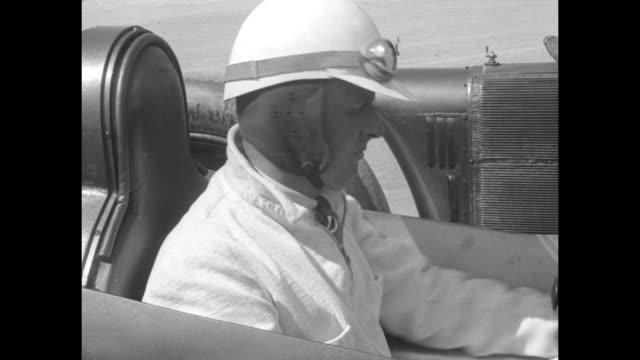vídeos de stock e filmes b-roll de drives auto nearly 4 miles per minute daytona beach fla major segrave sets a record of 231362 miles per hour / close up henry segrave sitting in... - sargaço