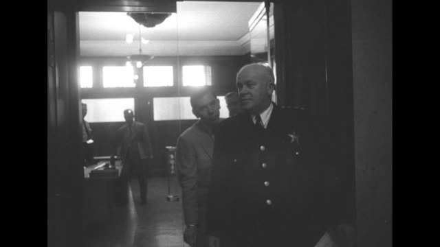 """dum du dum dum: 'dragnet' out in chicago"" superimposed over actor jack webb walking away from camera and through door of chicago police... - chicago elevated stock-videos und b-roll-filmmaterial"