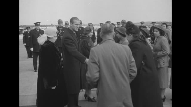 title card elizabeth and philip meet the quints superimposed over dionne quintuplets / ms princess elizabeth and prince philip duke of edinburgh meet... - 1951 stock-videos und b-roll-filmmaterial
