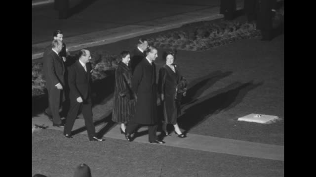 """ elizabeth off on world tour of colonies"" superimposed over car arriving / at night queen elizabeth, her escort and other members of her party walk... - エリザベス・ボーズ=ライアン点の映像素材/bロール"