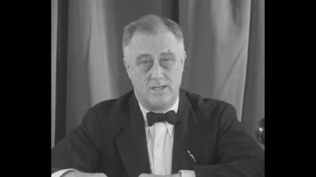 """""""end court rule - f.d.r."""" superimposed over pres. franklin d. roosevelt / sot roosevelt speaking on the outstanding question of the day """"the supreme... - an answer film title点の映像素材/bロール"""