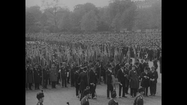 england honors those who lie in flanders fields duke of york and earl jellicoe lead 15000 british legionnaires in impressive tribute at london... - första världskriget bildbanksvideor och videomaterial från bakom kulisserna
