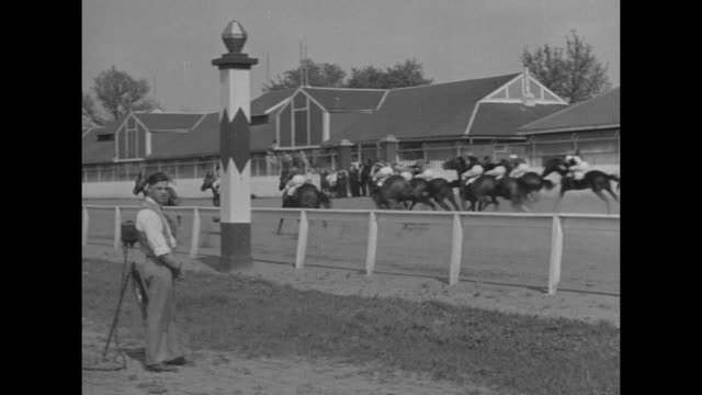 vídeos de stock, filmes e b-roll de first complete pictures of america's turf classic from start to finish described by clem mccarthy foremost racing authority and nbc announcer /... - comentarista