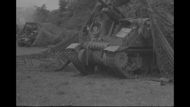 vidéos et rushes de france yanks capture isigny on cherbourg road / vs american gis on ground at side of road with firing gun men firing m2 60mm mortar in field smoke... - tout terrain urbain