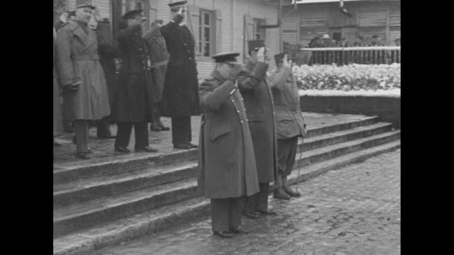 """""""front line - churchill, de gaulle visit french troops"""" / from left to right british prime minister winston churchill, head of provisional government... - 英首相 ウィンストン・チャーチル点の映像素材/bロール"""