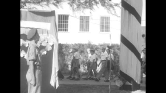 """funeral of president weizmann"" superimposed over general view of israeli president chaim weizmann's outdoor funeral / people file past weizmann's... - 正装安置点の映像素材/bロール"