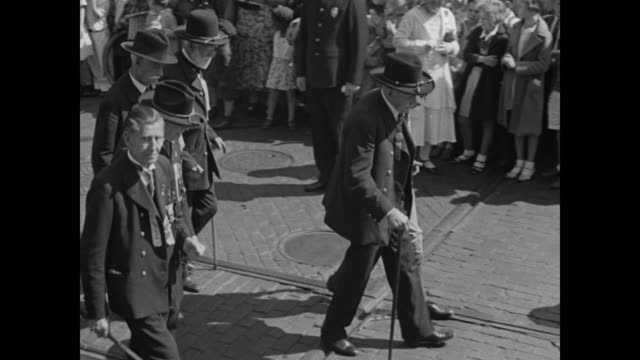 "vídeos de stock e filmes b-roll de parades in lincoln's home town - thinning ranks of federal veterans hailed at 66th reunion in springfield, ill."" / marching band and men in civil war... - exército da união"