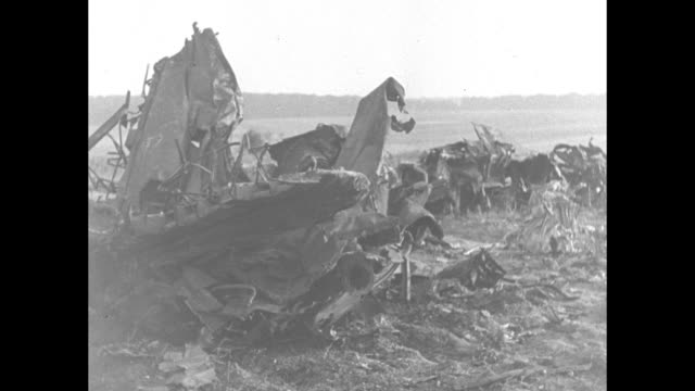 vidéos et rushes de germany french occupy enemy territory / vs french soldiers examine portions of downed german airplane / barbed wire obstruction with french solders... - fil de fer