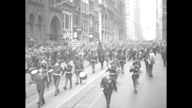 vídeos de stock, filmes e b-roll de gigantic hitler protest / color guard with civilians marching in military formation / hundreds on sidewalk applauding / welldressed men / crowd of... - gazebo